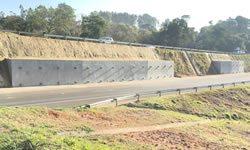 Contenção de Encostas com Barras de Aço Tracionadas e Ancoradas para Estradas e Rodovias